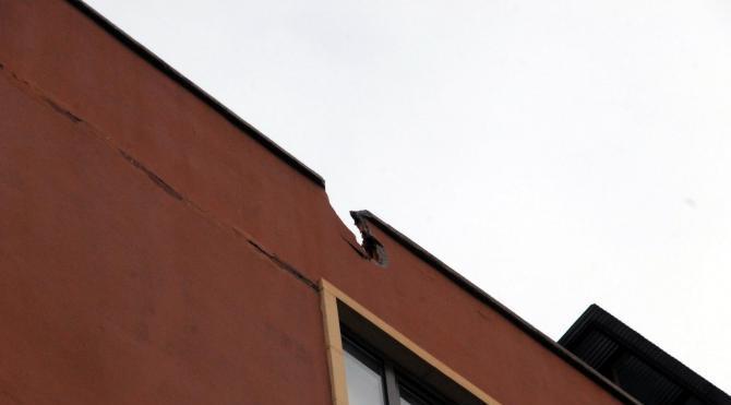 Sur`da 4 polis yaralandı, atılan roket binanın çatısına isabet etti