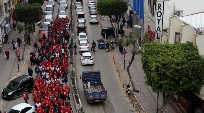 Mersin`de sokağa çıkma yasağı ve ölümleri yürüyerek protesto ettiler