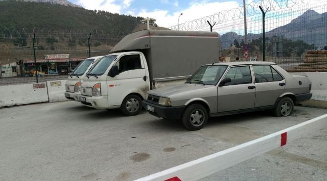 Çaldıkları kamyonetleri Suriye`ye götürmek isterken yakalandılar