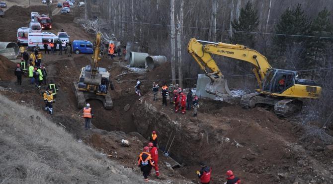 Boru döşerken toprak altında kalan 3 işçi öldü