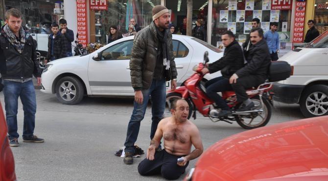 Şefine şikayet edildiğini öğrenen temizlik işçisi cadde ortasında giysilerini yaktı