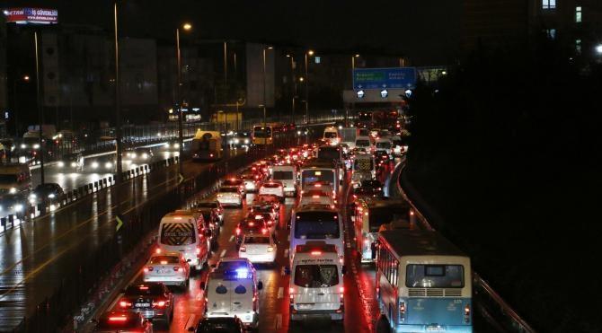 (EK FOTOĞRAFLAR) İstanbul trafiğinde yoğunluk yüzde 90`ı buldu
