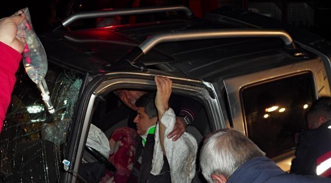 Kamyonette sıkışan sürücü 1 saatte kurtarıldı