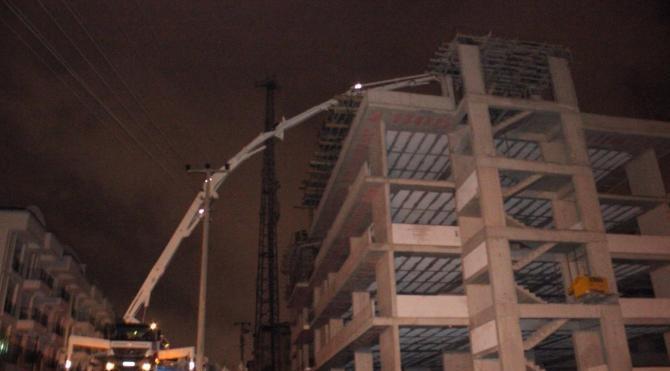 Beton pompası elektrik tellerine temas edince 2 işçi akıma kapılıp yaralandı
