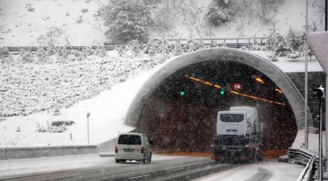 Bolu Dağı`nda kar ulaşımı yavaşlattı