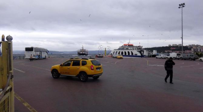 Çanakkale Boğazı`nda feribot seferlerine fırtına engeli
