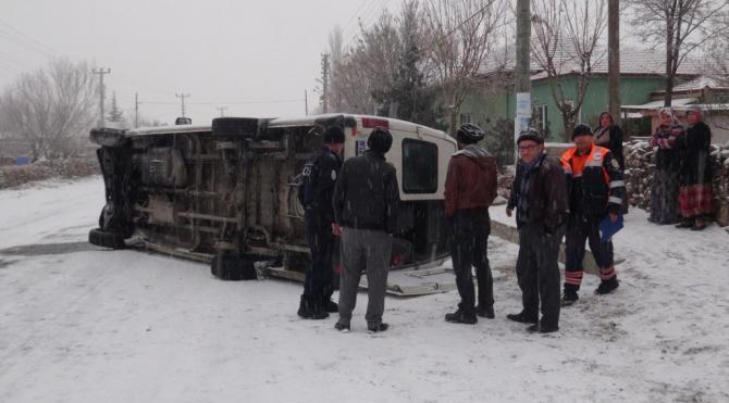 Aksaray`da işçi ve öğrenci servisleri devrildi: 13 yaralı