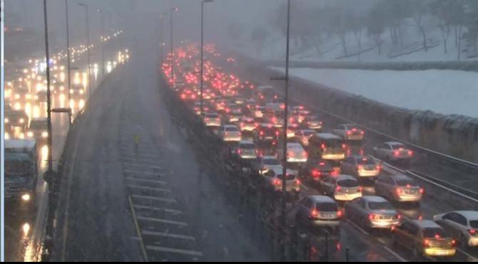 Kar nedeniyle Boğaziçi Köprüsü yolunda trafik durma noktasında