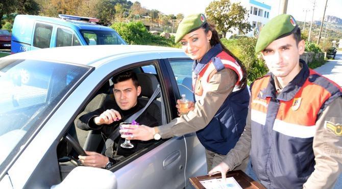 Jandarmadan sürücülere çikolata ve tebrik kartı