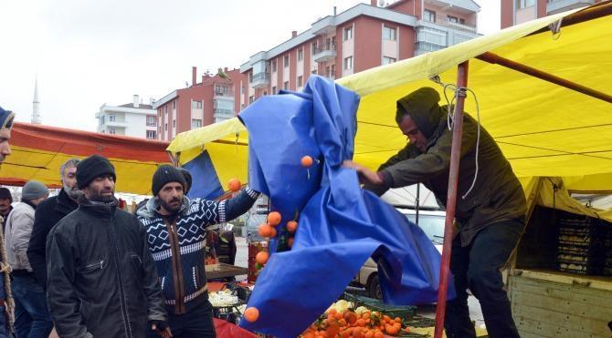 Pazarcılar, yer tartışması yüzünden sebze ve meyveleri yola saçtı