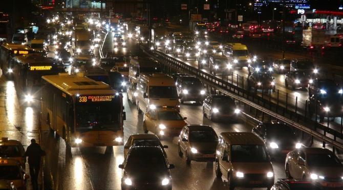 İstanbul`da kar yağışı nedeniyle trafik yoğun…