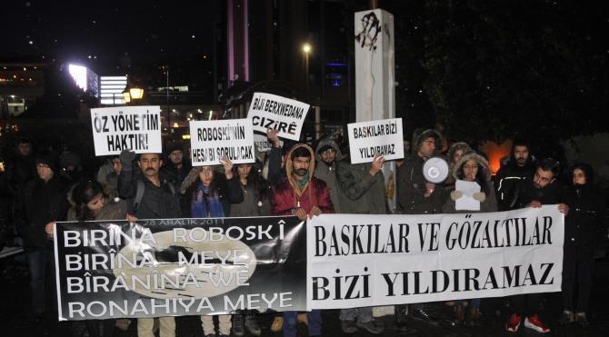 Gözaltıları protesto ederken gözaltına alındılar