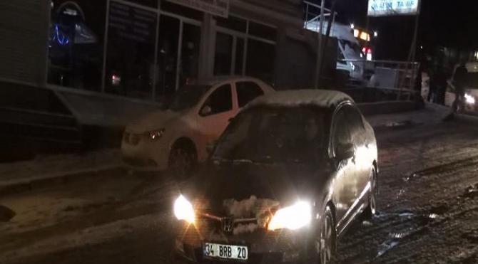 Maltepe`de buz pistine dönen yol sürücülere zor anlar yaşattı