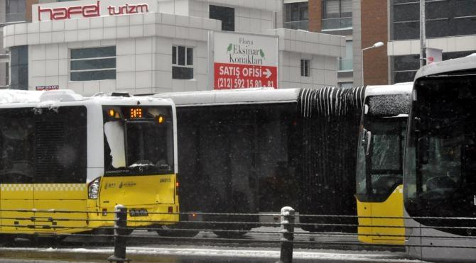 İki metrobüsün kazası seferleri durdurdu