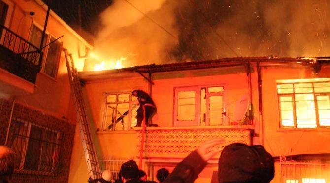 İki katlı ev böyle yandı