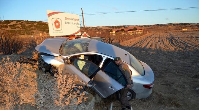 Kula`da otomobil tarlaya uçtu, 3 yaralı