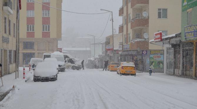 Van`da kar yolları kapattı