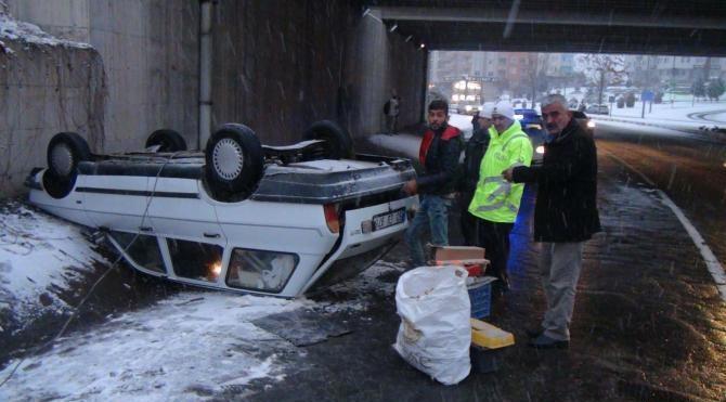 Buzda kayan araç ters döndü