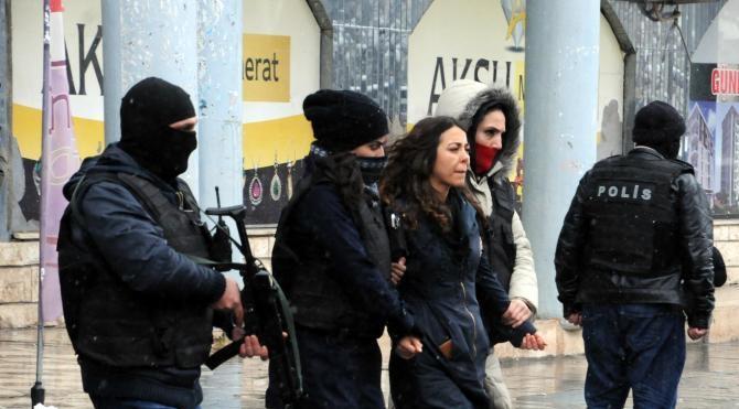 Diyarbakır`da izinsiz yürüyüşe müdahale edildi: 3 polis yaralı –
