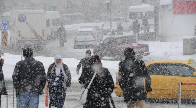 Hakkari`de kar yolları kapattı