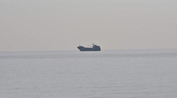 Antalya açıklarında terk edilen gemi sürükleniyor