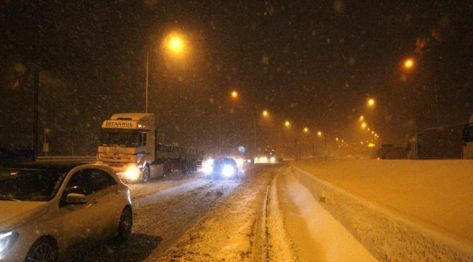 Bolu Dağı`nda kar ulaşımı aksattı