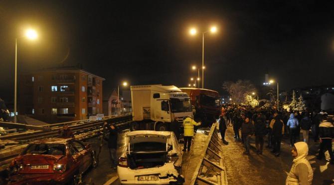 Gölcük`te 40 araç birbirine girdi: 16 yaralı (Fotoğraf)