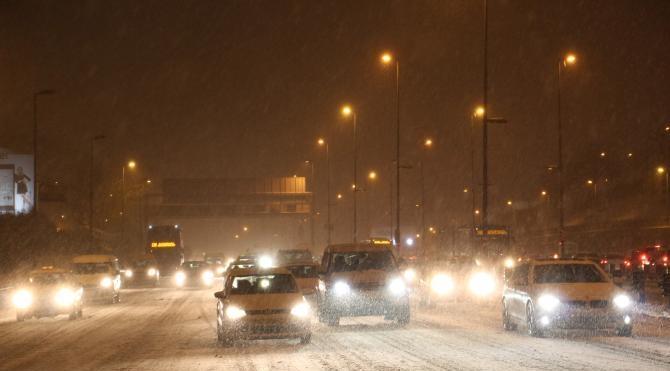 İstanbul`da kar yağışı şiddetini artırdı, araçlar yolda kaldı