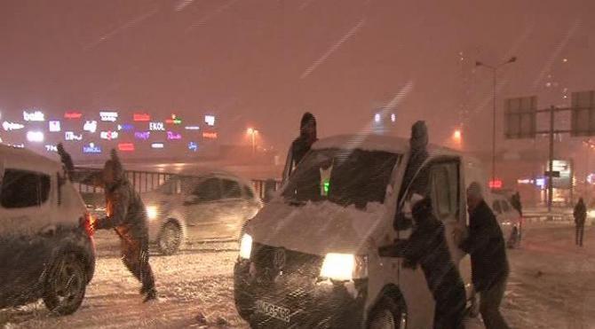 Kar yağdı, araçlar yollarda kaldı...