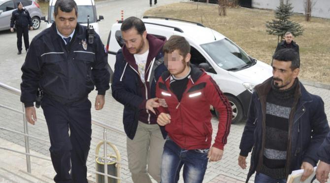 16 yaşındaki genç, kız kardeşine sözlü tacizde bulunduğu iddiasıyla 17 yaşındaki arkadaşını öldürdü