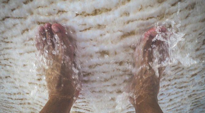 Ayaklarınızı sıcak suda bekleterek öksürükten kurtulun