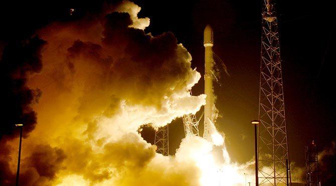 SpaceX Falcon roketi tarihi inişini gerçekleştirdi