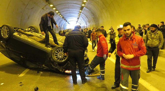 Tünelde kaza trafiği felç etti