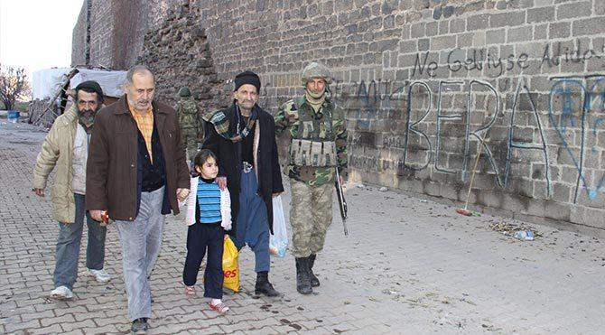 Sur'dan tahliye edilen vatandaş: Bunların yaptığını gavur bile yapmaz