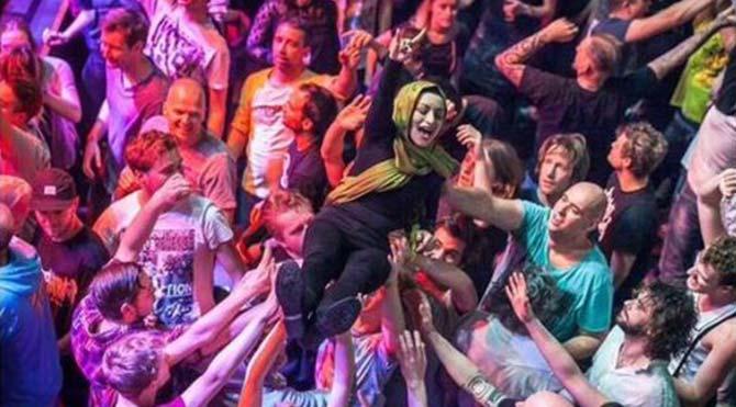 Hollanda, rock konserindeki başörtülü Türk'ü konuşuyor
