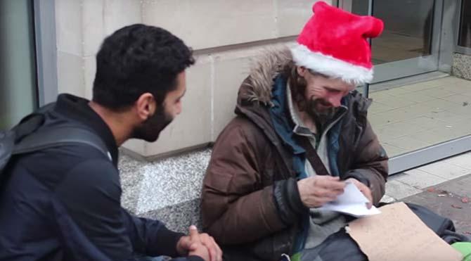 Yeni yılda evsizlere hediyeler dağıttı