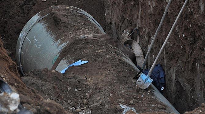 İşçiler toprak altında kaldı