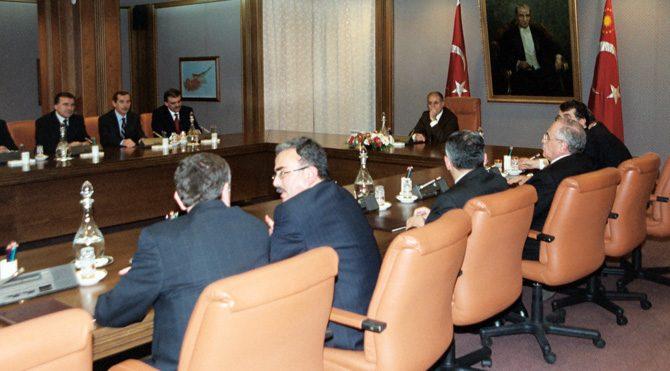 AKP'nin ilk kabine laneti!