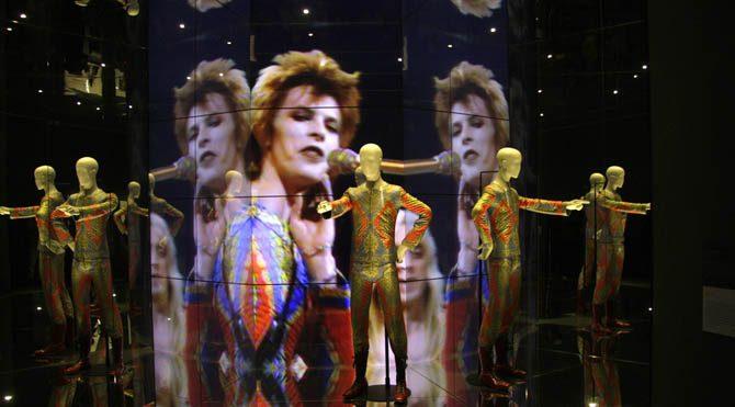 Bowie'nin haritasında Ay düğümleri 9 derece Yay ve İkizler hattında yer almaktadır ve 10. Ev dediğimiz şan-şöhret-ün- tanınma alanında bulunmaktadır.