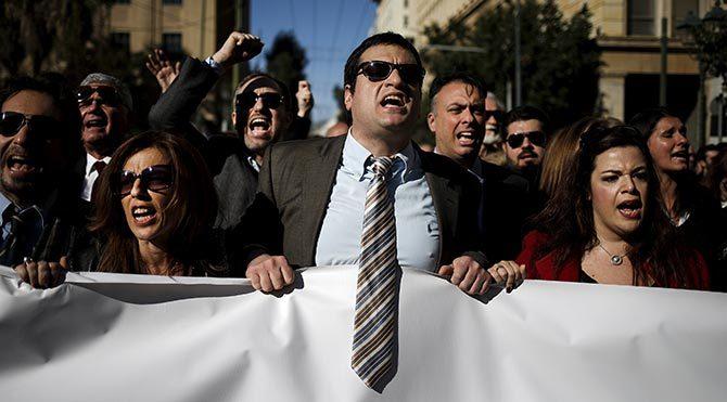 Atina'da avukatlar hükümeti protesto etti