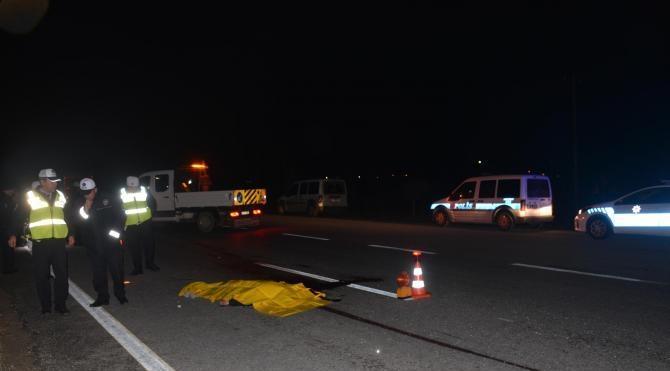 Otomobil çarpan yaya öldü, geriye pazar arabası ve ekmekleri kaldı