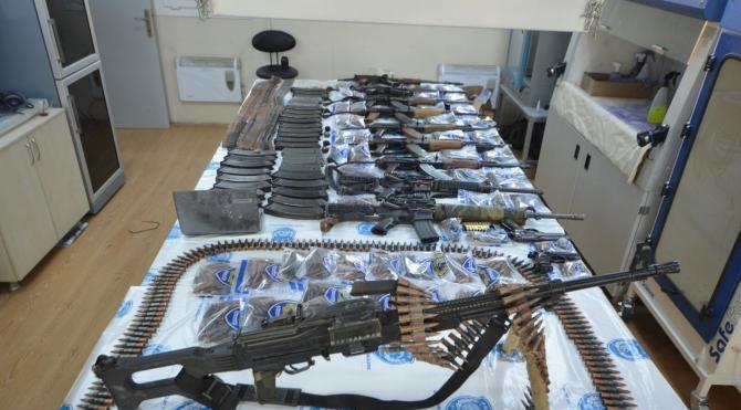 PKK`lıların kiraldığı evde çok sayadı silah ve mühimmat bulundu