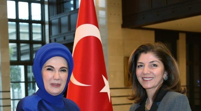 Emine Erdoğan, kadın büyükelçiler ve büyükelçi eşlerini Cumhurbaşkanlığı Sarayı`nda ağırladı