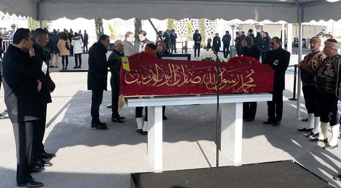 Mustafa Koç'un cenazesinin örtüldüğü kırmızı sancak