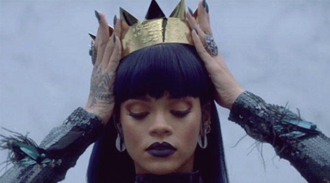 Rihanna albümü 27 bin TL'lik kulaklıkla dinledi