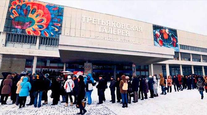 Rusya'da sergi için -14 derecede beklediler