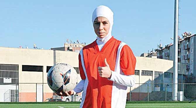 Kadın futbolcu türbanla maça çıktı