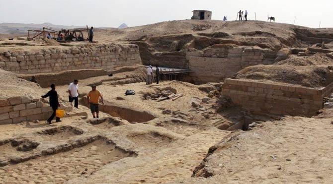 Mısır'da 4500 yıllık kayık bulundu