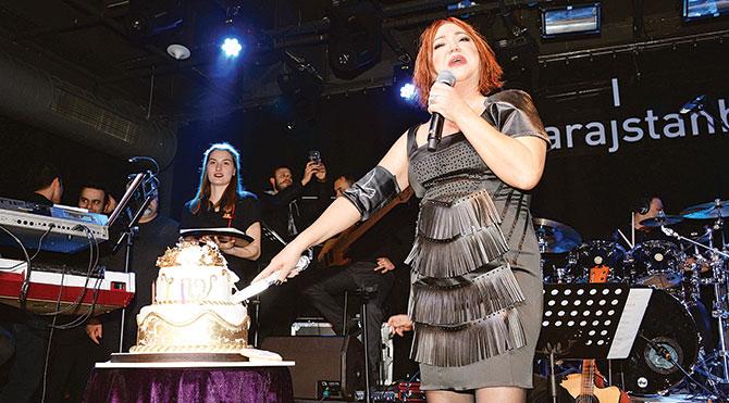 60'ıncı yaşını sahnede kutladı