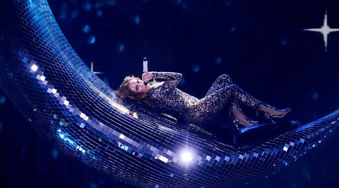 Türk tasarımcının 'hilal'i Jennifer Lopez'in sahnesinde